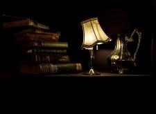 libri e lampada accesa